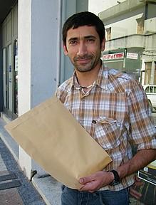 Martínez con el sobre con tres hojas de respuesta. Foto: FloridAdiariO.