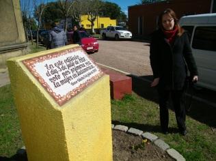 La placa que reza en el lugar el singular hecho que destacó a Uruguay en Latinoamérica.