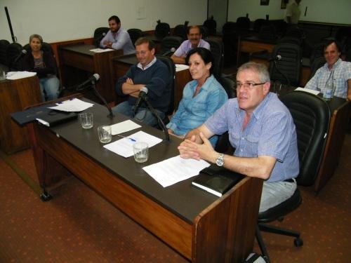 Primera sesión. La comisión reunida anoche en la Junta Departamental. Foto: FD.