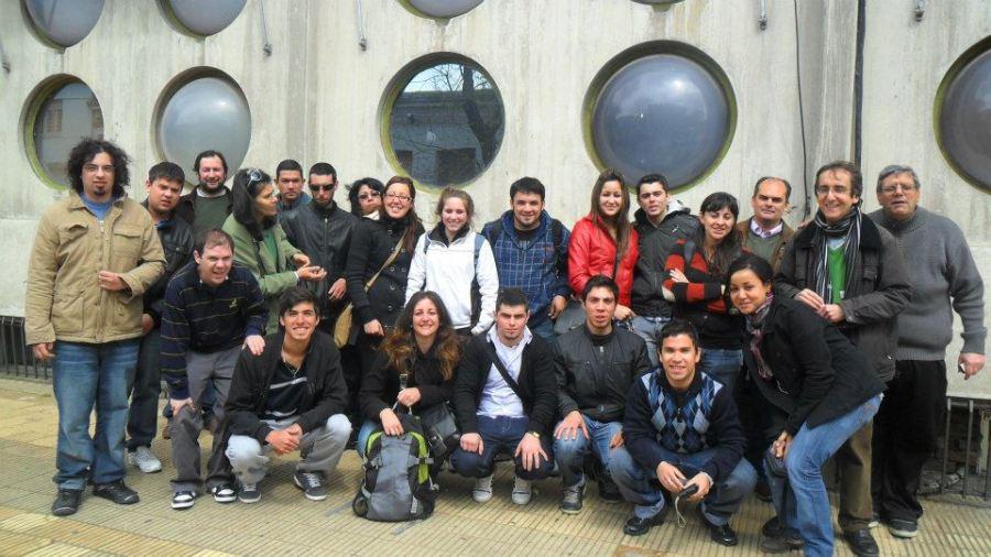 Charquero (Der. bufanda) con un grupo de alumnos en radio Sarandí. Foto: Facebook.