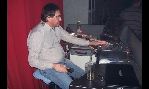 Cono Prisco en su pasión, micrófono en una mano y consola en la otra. Foto: red Facebook.