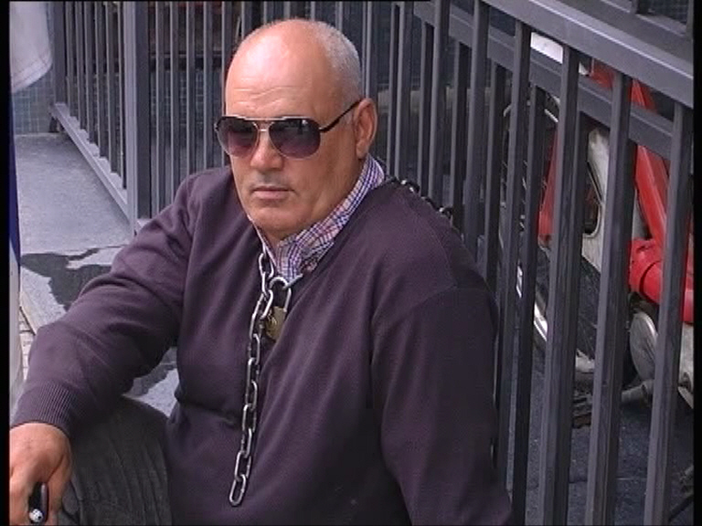 Encadenado. El hombre estuvo un buen rato junto a la reja del Juzgado. Foto: Genitleza Canal 17 (FTC).