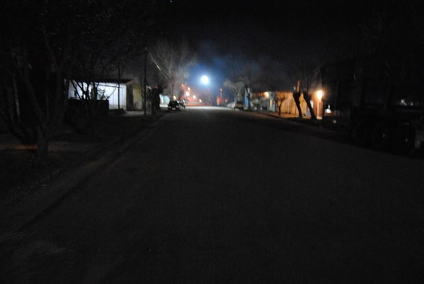 Una vista en horas de la noche de la calle Gianola.