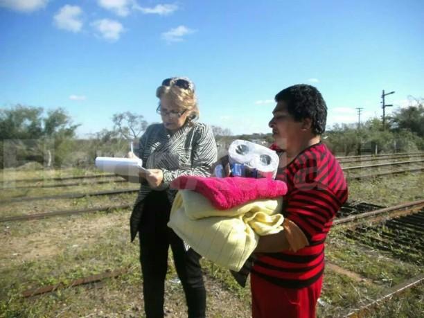 Deluca entregando elementos a evacuados. Fotos: FD