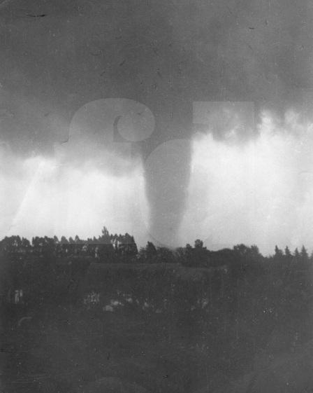 Foto del tornado, tomada por Julio Pastorín. Gentileza Dr. Eduardo Tapié