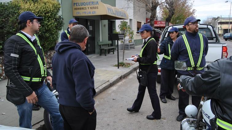 Agredió a inspectora de tránsito y huyó dejando la moto: lo busca laPolicía