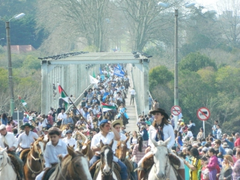 Mäs de 2000 jinetes sobre el Puente Pidra Alta (FILEminimizer)