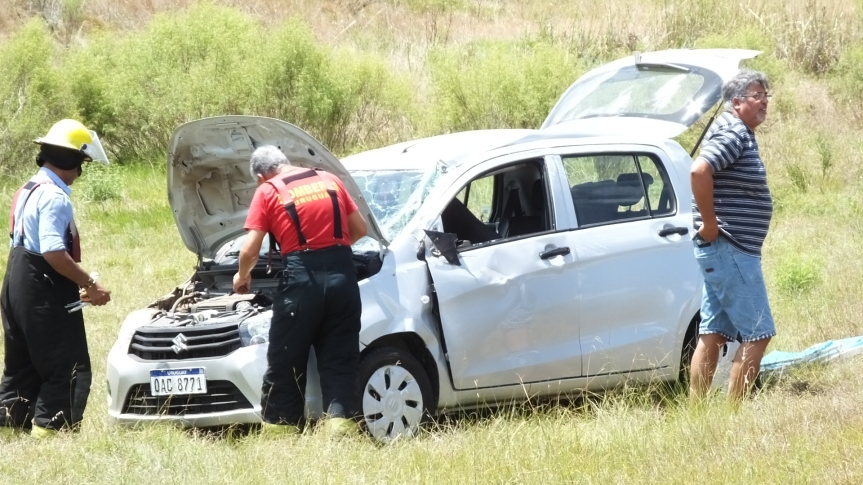 Mujer herida al volcar auto en ruta12