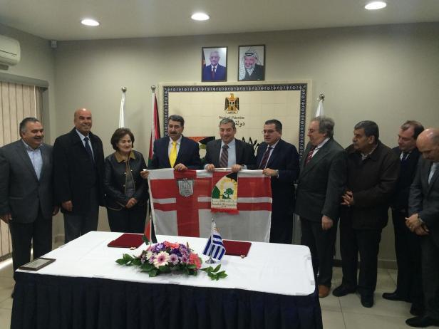 3) Entrega de obsequios al momento de la firma con la Municipalidad de Ramallah