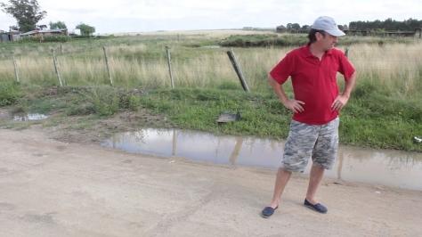 Fernando Camejo, padre de Nicolás, en el lugar del impacto. Detrás, la casa de la abuela. Foto: FD