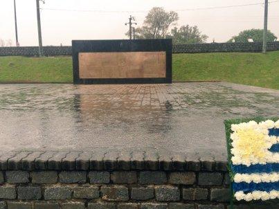 """Suspendidos. Los actos por el 25 de Agosto solo contaron con la colocación de una ofrenda floral y un """"Viva la Patria"""" del intendente Carlos Enciso. Foto: @FloridaIDF"""