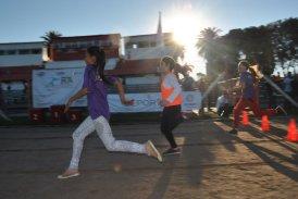 Niños cruzan la meta en el Campeonato Departamental de Atletismo.