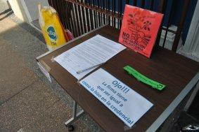 Las firmas contra la bancarización deben ser claras, según especifica este puesto de firmas en el centro de la ciudad de Florida.