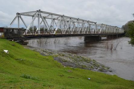 El río baja y se habilitapuente