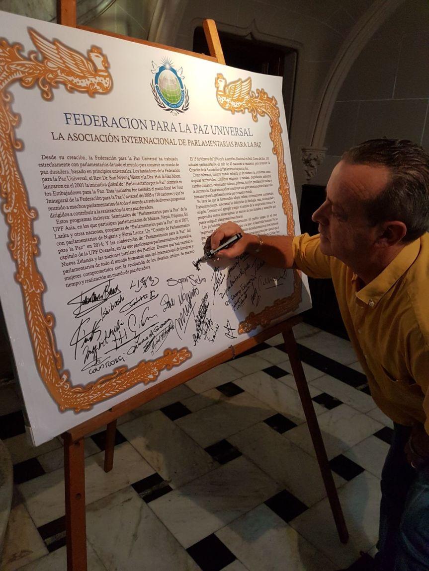 Embajador por la paz de Florida firmó declaración para parlamentointernacional