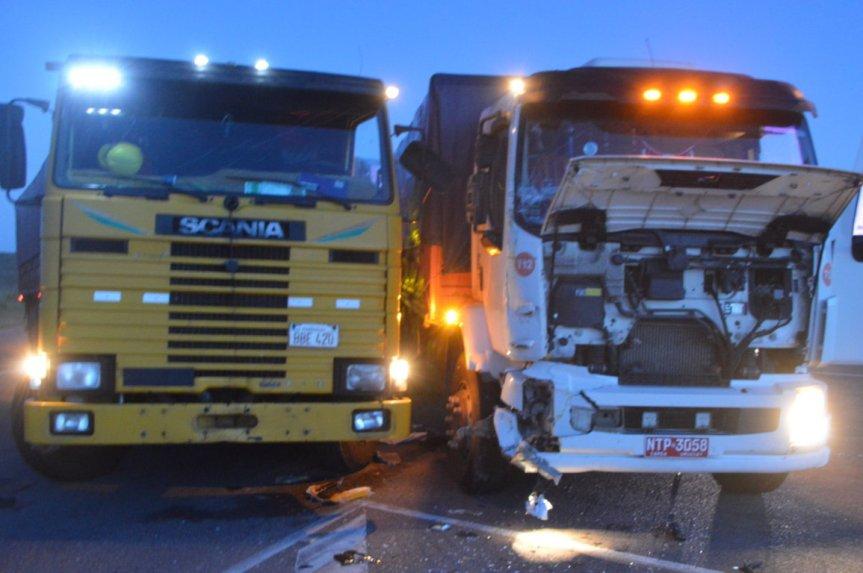 Turismo inicia con choque de camiones en Ruta 5 y12