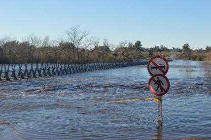 Pico máximo de creciente en estas horas. Se aprecia la inundación de la ciclovía.