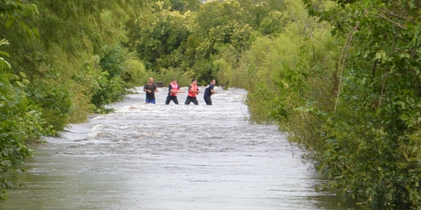 Bomberos y Policía rescataron a tres jóvenes del río SantaLucía