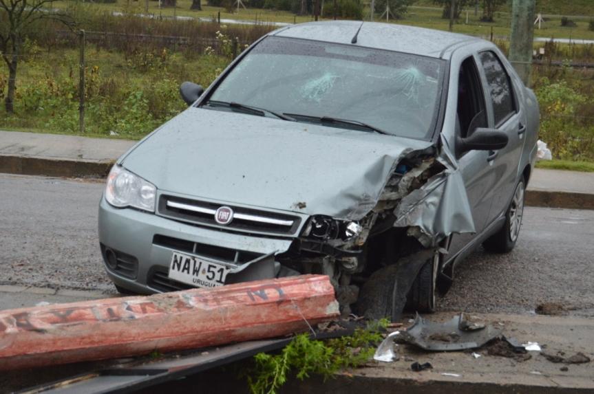 Aparatoso choque en Florencio Sánchez: auto se impactó contracolumna