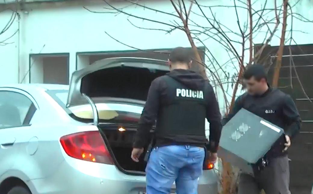 Dos agentes incautan equipos informáticos.