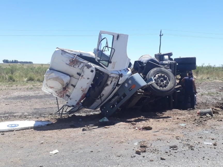 Triste, muy triste: camionero volcó y murió en ruta42