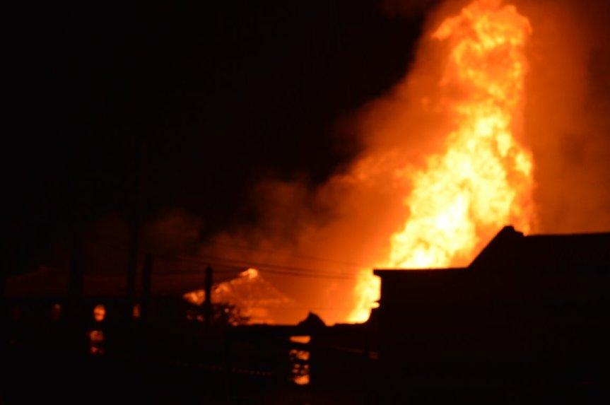 Impresionante incendio de fábrica de molduras de madera enFlorida