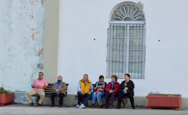 Un grupo de militantes de la lista 22 espera el inicio del sepelio