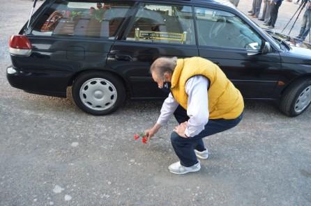 Un militante del Partido Colorado levanta dos claveles rojos