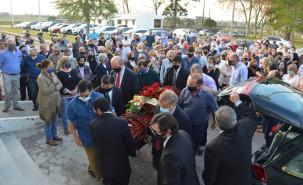 Familiares, amigos y dirigentes políticos llevan el ataúd de Juan Justo Amaro