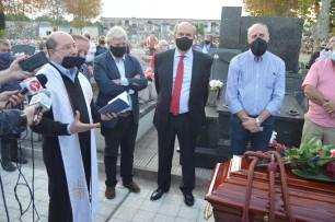 Un sobrino, sacerdote, Raúl Batlle, José Amorín, Juan Amaro y Ruben Colombo acompañan las palabras de oración