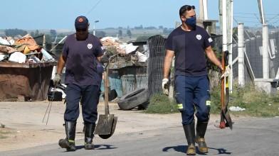 Dos Bomberos culminan tareas de rastrillaje.