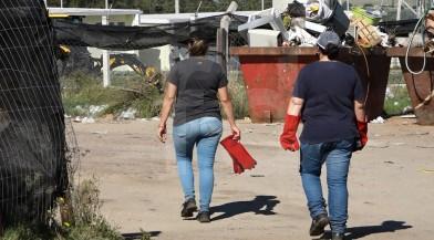 Trabajadores llevan guantes para iniciar la búsqueda.