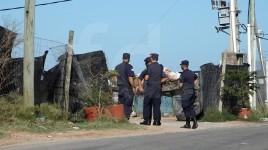 Los agentes policiales custodian el ingreso a la planta de encapsulado.