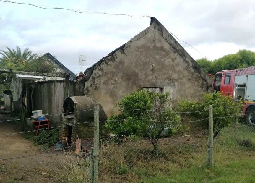 Galpón se incendió en casa de campo en ruta6