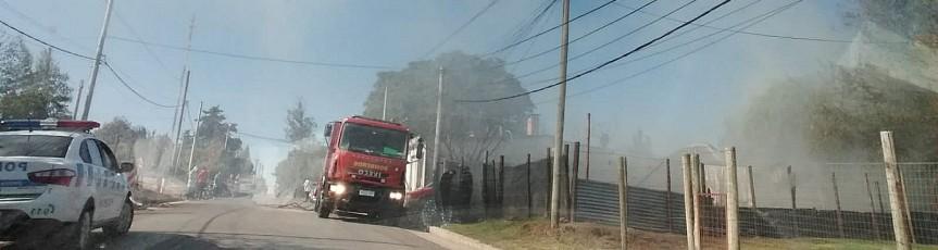 Bomberos sofocan incendio envivienda